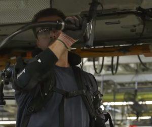 Žmonės-robotai automobilių gamykloje
