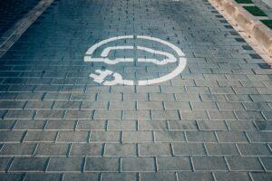 Elektromobilių skysčiai: kuo ypatingi ir ką svarbu žinoti vairuotojams?